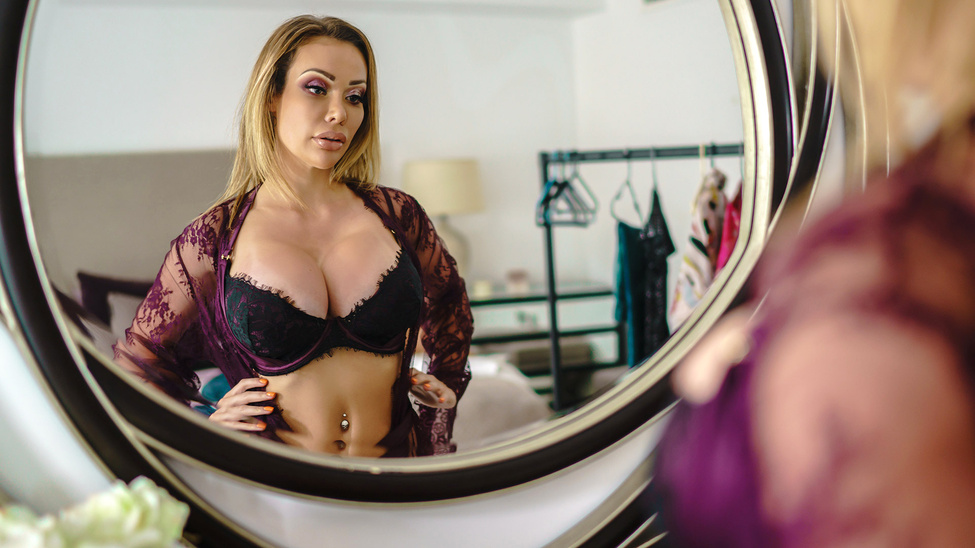 [RealWifeStories] Chessie Kay – Dressing Room Poon