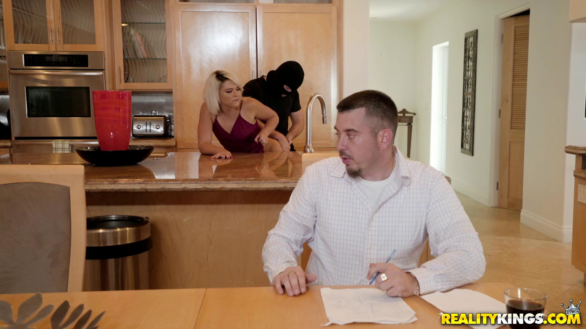 Rhonda Rhound – Robber Banged My Girlfriend