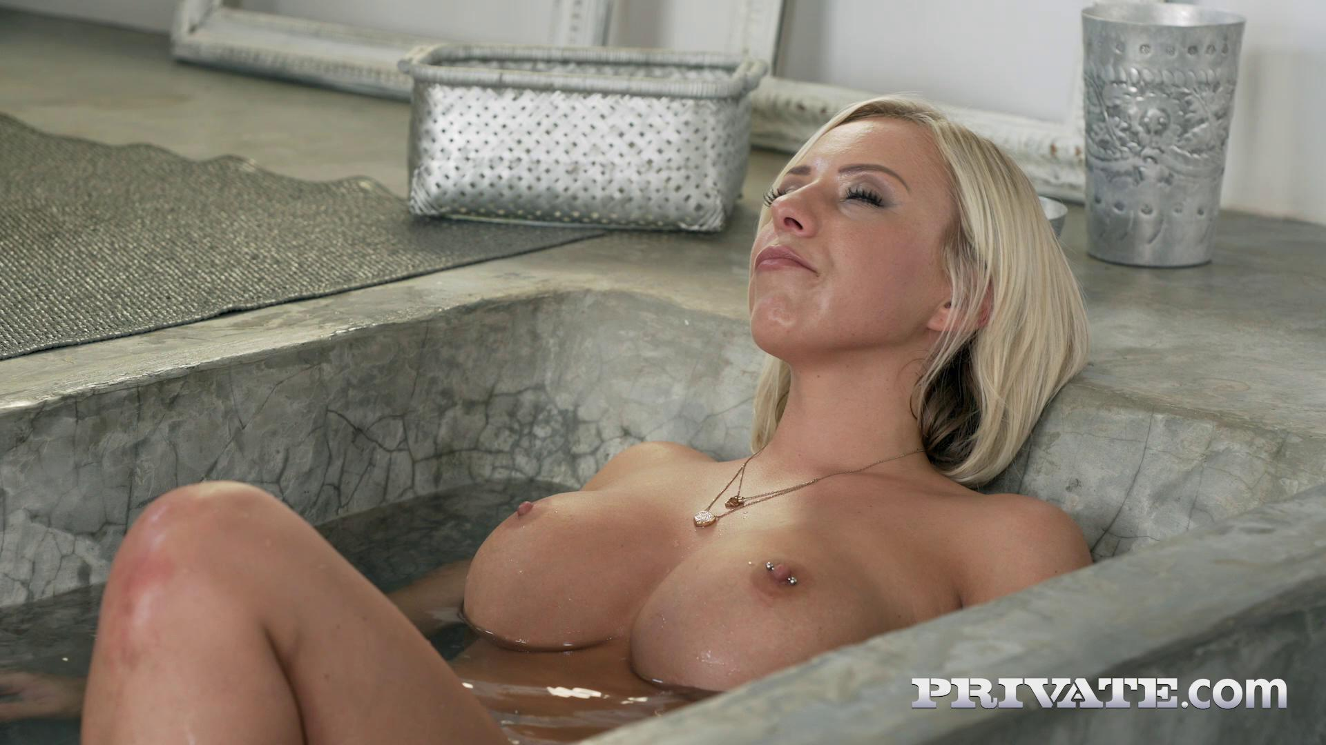 Lilli Vanilli Voluptuous MILF Fucks In Bathtub