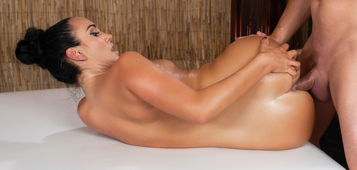 [MassageRooms] Katie Dee – Tight babe opened up by masseur